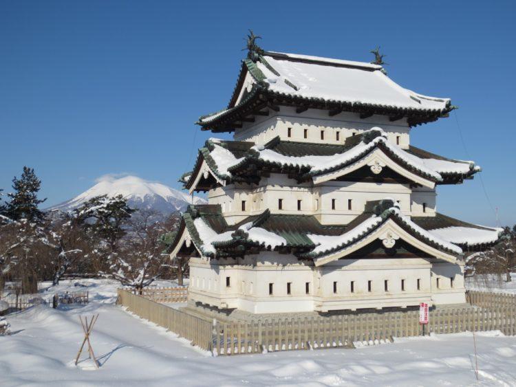 弘前城天守(冬)と岩木山